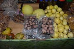 tropické ovoce a sušené ryby