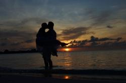 novomanželé a západ slunce na Maledivách