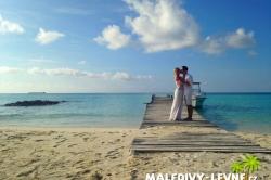 svatba na Maledivách - polibek na molu
