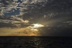 slunce prostupující mraky