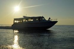 Maledivy - speed ferry při západu slunce