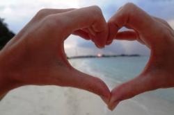 Srdce z rukou na pláži