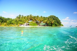 Maledivy ostrov Huraa, malý přístav