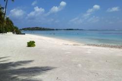 Maledivy, ostrov Huraa, turistická bikini pláž