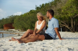 Svatba na pláži - novomanželé