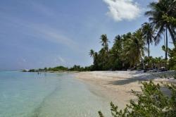 Maledivy pláž na ostrově Huraa