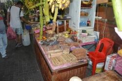 ovocný trh, místní specialita kokosové tyčinky v banánových listech