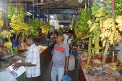 trsy banánů na ovocném trhu
