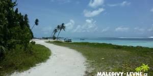 Maledivy, cesta na pláž