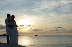 novomanželé při západu slunce