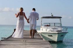 novomanželé jdou k lodi