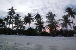 západ lunce nad bikini pláží