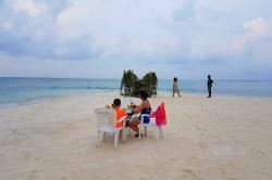 večeře na maledivské pláži