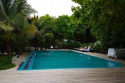 bazén v resortu Maledivy