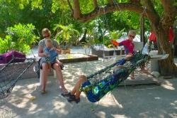 rodiče s dětmi na Maledivách