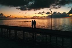 pár na molu na Maledivách