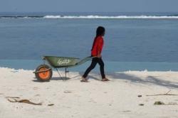 místní pracují na pláži