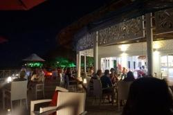večer v resortu na Maledivách