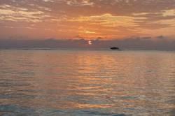 zapadají slunce do moře na Maledivách