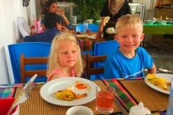děti u snídaně