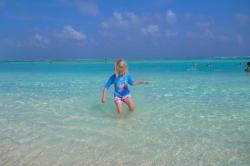 holčička na pláži