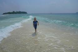 chlapec ve vlnách