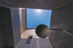 koupelna s pohledem na oblohu