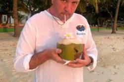 Pití kokosu na pláži
