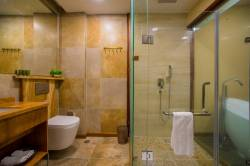 prosklená koupelna v pokoji