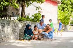 místní obyvatelé s turisty na Dharavandhoo