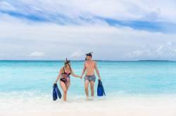 dvě osoby na pláži Dharavandhoo