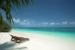 lehátko na pláži Maledivy