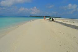 písečná pláž na Maledivách a ostrov