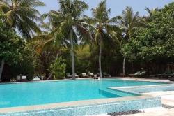 bazén v resortu na Maledivách