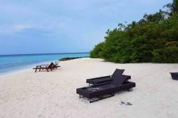Maledivy - lehátka na pláži