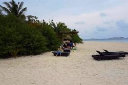 Maledivy - pláž a lehátka