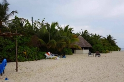 Maledivy -pláž v resortu