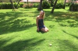 Ája na trávě v resortu
