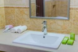 koupelna, umyvadlo a zrcadlo