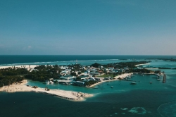 přístav ostrova Huraa z dronu