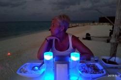 Jana při večeři na pláži