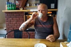 Mirek v kavárně