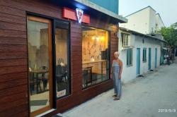 Jana u kavárny