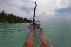 na houpačce ve vodě