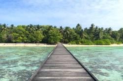 dlouhé molo na ostrově Omadhoo