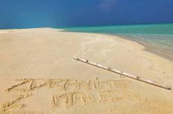 nápis v písku Maledivy