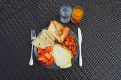 Dovolená na Maledivách - snídaně na talíři