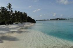 Dovolená na Maledivách - turistická bikini pláž