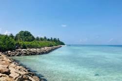 kamenitý břeh a moře Maledivy