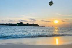moře, ostrov a západ slunce